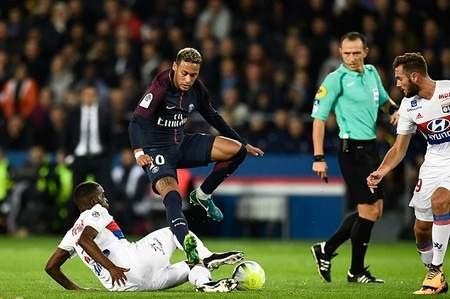 卡瓦尼失点对手两乌龙 巴黎2-0里昂