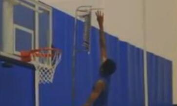 弹跳爆炸!榜眼英格拉姆竟能摸到篮板上沿?