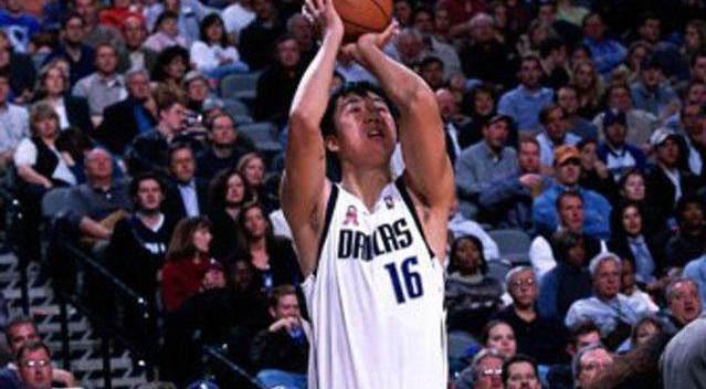 王治郅NBA的这记压哨3分 完美展示了他的球商;