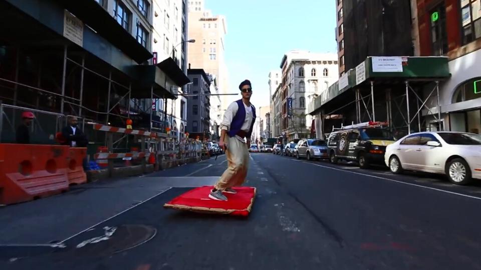 阿拉丁踩飞毯现身 男子改装滑板游街惊呆路人