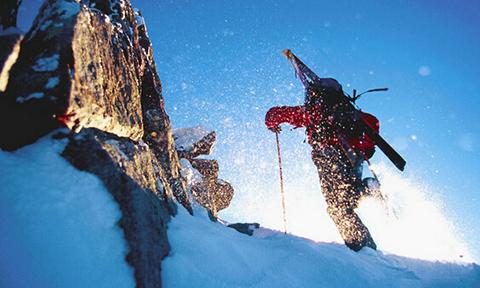崎岖山路极速滑雪 技高一等征服险恶雪山