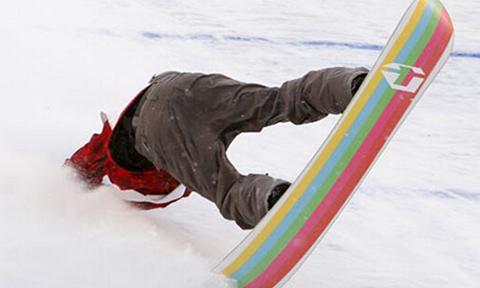 笑料不断!小伙滑雪失误频发狂摔不止
