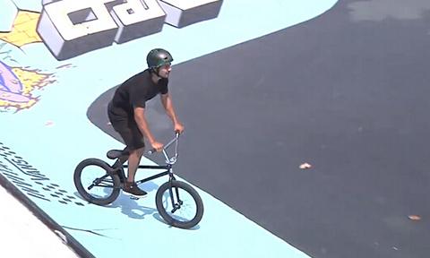 BMX车手降临碗池 风驰电掣追求极致速度