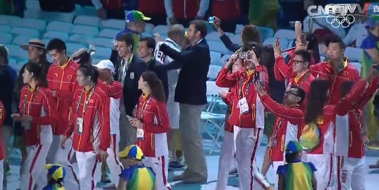 里约奥运闭幕式:中国奥运健儿入场,自拍合影样样不能少