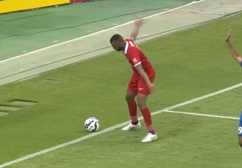 奇 球出底线球员抱球竟被判点球