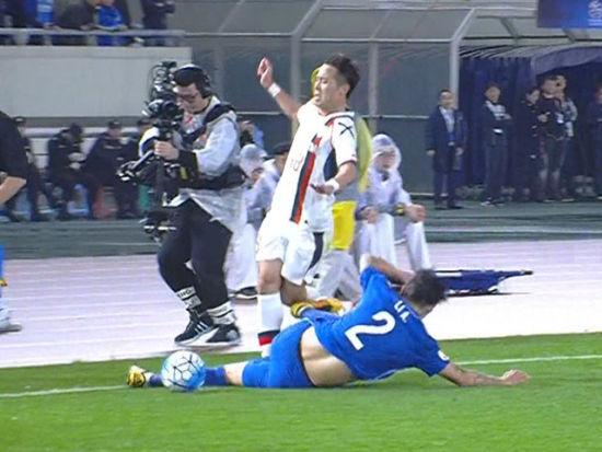 李昂恶劣飞铲染红离场 双脚离地直踹膝盖