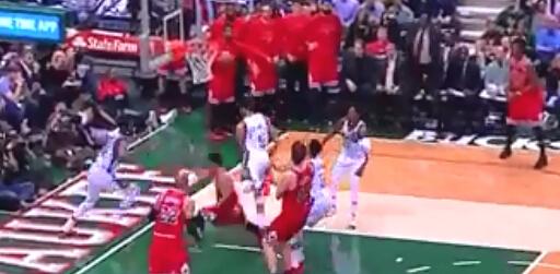 罗斯反击上篮,迈卡威跃起直接双手盖翻